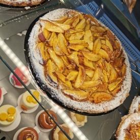 Nos Tartes aux Fruits frais sont réalisées avec amour... 💖  🍑 Abricots, 🍏 Pommes ou Pêches, faites votre choix ! 😀 ➡️ Nos tartes sont composées d'un disque de pâte feuilletée et d'une onctueuse crème à la poudre d'amandes...  🛒 Retrouvez les dans toutes nos boutiques en parts individuelles, pour 4-6 ou 8 personnes 👨👩👧👦 Réservations conseillées en appelant votre boutique préférée. 📞  #aupetitprince #auray #baud #carnac #belz #pluvigner #locoal #bretagne #morbihan #pastry #pastrychef #yummy #miam #gourmandise #greedy #photographie #relaisdesserts #epv #collegeculinairedefrance #artisan #instafood #foodporn #tarte #pie