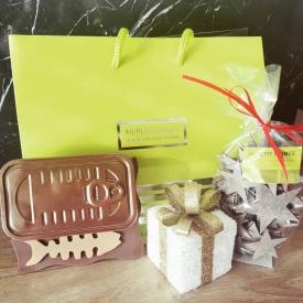En manque d'idées de cadeaux pour Noël ? 🎄🎁  Vous pouvez créer votre propre coffret cadeau et offrir de la gourmandise à vos proches 😉  Composez votre coffret avec par exemple une boîte en chocolat garnie de sardines au praliné et de délicieuses petites étoiles au chocolat au lait au caramel 🍫😍  #aupetitprince #etel #carnac #baud #auray #pluvigner #belz #locoalmendon #pastrychef #livraisonadomicile #confinement #chocolate #pastries #instagood #instafood #yummy #gourmandises #relaisdesserts #foudepatisserie #pastrylover #foodlover #foodporn #chocolat #chocolatelover #morbihan #bzh #christmas