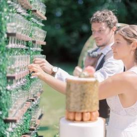 🤞😃 Espérons pouvoir à nouveau célébrer mariages, anniversaires, baptêmes, communions et autres festivités cet été ! 🎊  Nous vous proposons Pièces montées de Choux, Pyramides de Macarons, Wedding Cakes, Numbers Cakes...✨  Consultez notre carte sur notre site internet rubrique catalogues ou appelez votre boutique préférée pour plus de renseignements ! ⬇️ Reposted from @ddayweddingplanner Commençons l'année par trinquer avec nos mariés et au #champagne 🍾🥂  J'adore ce #barachampagne parfait pour le cocktail , très fun !  Cette jolie #decoration par @attrap.reve 💕  #weddingdecoration #weddingdecor  #weddingcake #lovely #cocktail #jourj #dday #aupetitprince #auray #baud #carnac #belz #pluvigner #relaisdesserts #pastry #pastrychef #yummy #miam #gourmandise #greedy #morbihan #epv #collegeculinairedefrance #artisan #bretagne #foodporn #instafood