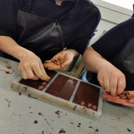 ⏳ Minutie et patience sont nécessaires pour obtenir ces tablettes Chocolat Noir et Amandes 🍫  Disponibles également en Chocolat au Lait, mais aussi en version Noisettes 🐿️😉  #aupetitprince #auray #baud #carnac #belz #pluvigner #relaisdesserts #pastry #pastrychef #yummy #miam #gourmandise #greedy #morbihan #epv #collegeculinairedefrance #artisan #bretagne #foodporn #instafood #chocolat #chocolate #tablettedechocolat