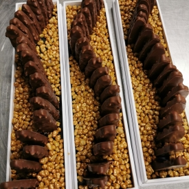 🎁 JEU CONCOURS 🎁  Tentez de remporter un coffret de Petits Menhirs®️ 🤩 ⭐️ Incontournable spécialité de notre boutique de Carnac, en référence bien sûr au patrimoine local avec les alignements de Menhirs ✨  ➡️ Composés d'une couche de Caramel à la Fleur de Sel parsemée d'éclats de Noisettes, le tout enrobé de Chocolat au Lait 🍫  Les Menhirs sont ensuite bordés d'une myriade de Pépites dorées de Grué de Cacao enrobé de Chocolat au Caramel 😋  🙋♀️ Alors, qui est intéressé ? 🙋♂️  ➡️ Pour participer, rien de plus simple: commentez 🖊, diffusez 🔁 et likez 👍 cette publication.  🗳 Un tirage au sort aura lieu Vendredi 30 Juillet.  Bonne chance à tous ! 🤞🍀  ©️ Photo n°3 : Hervé Le Reste #aupetitprince #auray #baud #carnac #belz #pluvigner #locoal #bretagne #morbihan #pastry #pastrychef #yummy #miam #gourmandise #greedy #photographie #relaisdesserts #epv #collegeculinairedefrance #artisan #instafood #foodporn